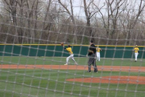 Mason Hartman catches the ball from Austin Anderson in an attempt to throw the runner out